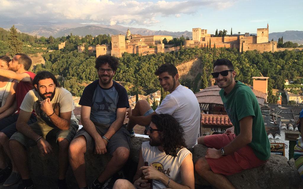 Amigos, del ciclismo y ajenos. Graná, la Alhambra, Sierra Nevada. Sólo podría mejorar esta foto que saliera quien estaba detrás de la cámara.